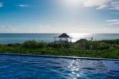 Palmowy urlopu schronienie z widokiem niekończący się Atlantycki ocean, Cayo Gui Zdjęcia Stock