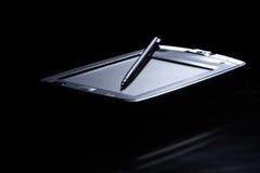 Palmtop en luz posterior. Fondo negro. fotos de archivo