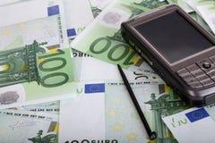 Palmtop personal del bolsillo en el dinero. fotos de archivo