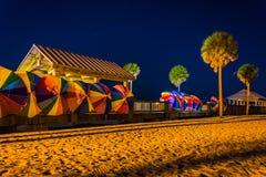 Palmträd och färgrika strandparaplyer på natten i Clearwater B Arkivbilder