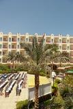 Palmträd och hotell Royaltyfria Foton