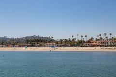 Palmträd och semesterort på Santa Barbara Beach Royaltyfri Bild
