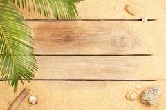 Palmträdsidor och sand på wood bakgrund - strand Royaltyfri Fotografi