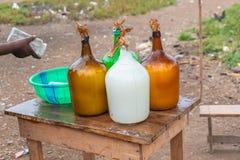 Palmwein in den Flaschen lizenzfreie stockfotografie
