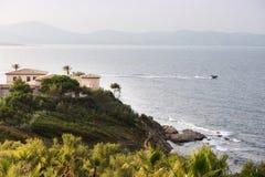 Palmy i domy na wzgórzu blisko morza obrazy stock