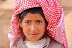 PALMYRA, SIRIA - 28 DE ABRIL DE 2010: Retrato de un niño pequeño beduino en el sitio arqueológico del Palmyra fotos de archivo