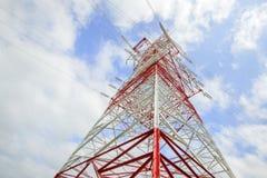 Palo ad alta tensione della trasmissione di colore rosso e bianco Fotografia Stock