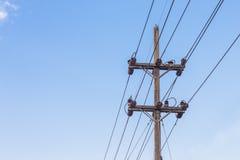 Palo ad alta tensione di elettricità con il fondo del cielo blu Fotografie Stock Libere da Diritti