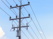 Palo ad alta tensione di elettricità con il fondo del cielo blu Immagini Stock Libere da Diritti