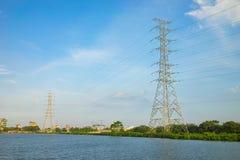 Palo ad alta tensione di elettricità con la vista asiatica della campagna nel chiaro giorno Fotografia Stock Libera da Diritti