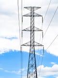 Palo ad alta tensione di energia elettrica contro con la nuvola di bianco del cielo blu Fotografia Stock Libera da Diritti