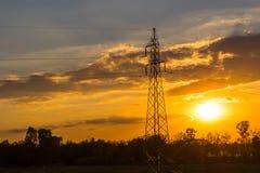 palo ad alta tensione sul tramonto Fotografie Stock Libere da Diritti