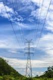 Palo ad alta tensione, torre ad alta tensione con il fondo del cielo blu Fotografie Stock Libere da Diritti