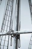 Palo, aparejo y cuerdas del barco de navegación de madera Imagenes de archivo