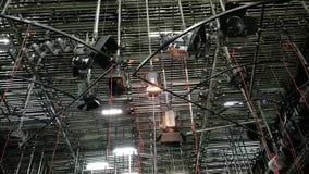 Palo cambia la posizione del proiettore - luci di griglia dentro lo studio della TV stock footage