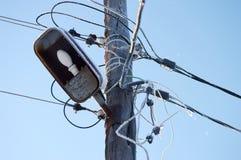 Palo con i cavi di elettricità e della lampada nell'inverno Immagine Stock Libera da Diritti