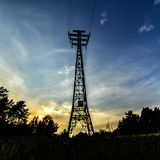 Palo de alto voltaje contra el cielo azul foto de archivo libre de regalías