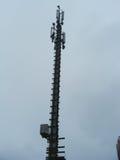 Palo de la comunicación celular con el equipo de la antena de radio de microonda fotografía de archivo