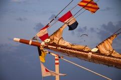 Palo de la nave con las banderas de señal imagenes de archivo