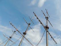 Palo de la nave en fondo del cielo azul Foto de archivo libre de regalías