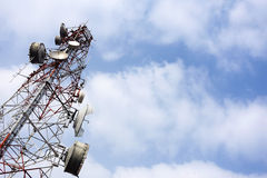 Palo de la telecomunicación con vínculo de microonda y transmisor de la TV Imágenes de archivo libres de regalías