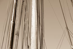 Palo de madera, aparejo y cuerdas del barco de navegación Imagen de archivo libre de regalías