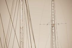 Palo de madera, aparejo y cuerdas del velero Fotografía de archivo libre de regalías