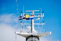 Palo del barco de cruceros con las banderas y el radar Imagenes de archivo