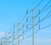 Palo del cavo alla posta elettrica ad alta tensione Immagini Stock Libere da Diritti