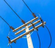 Palo del cavo alla posta elettrica ad alta tensione Fotografia Stock Libera da Diritti