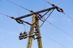 palo del poder con el cielo, polo eléctrico contra el cielo azul, apagón imagenes de archivo