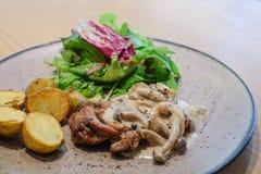 Palo del pollo con salsa di funghi Fotografie Stock Libere da Diritti