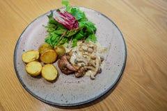 Palo del pollo con salsa di funghi e i potatos Fotografia Stock Libera da Diritti