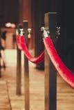 Palo del recinto allegato con il tappeto rosso della corda rossa immagine stock libera da diritti