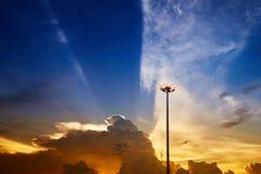 Palo del riflettore contro il bello cielo di tramonto Fotografie Stock