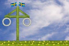 Palo della cuccagna tradizionale di metà dell'estate in un campo in Svezia illustrazione vettoriale