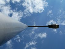 Palo della lampada di via e lampada nella prospettiva di diminuzione fotografie stock libere da diritti