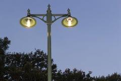 Palo della luce antiquato al crepuscolo fotografia stock