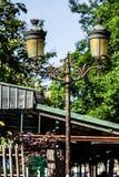 Palo della luce d'annata tradizionale della lanterna della via sull'isola di citazione Immagine Stock