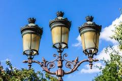 Palo della luce d'annata tradizionale della lanterna della via sull'isola di citazione Immagini Stock Libere da Diritti