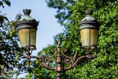 Palo della luce d'annata tradizionale della lanterna della via sull'isola di citazione Fotografia Stock