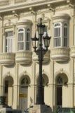 Palo della luce in priorità alta con le vecchie costruzioni ristabilite storiche di vecchia Avana, Cuba Fotografie Stock Libere da Diritti