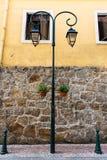 Palo della luce pubblico di vecchio stile sulla via Fotografia Stock