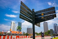 Palo di informazione turistica in Kuala Lumpur, Malesia fotografia stock
