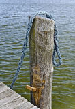 Palo di legno e corda blu Fotografie Stock