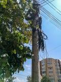 Palo di luce con molti cavi in Buzau immagini stock libere da diritti