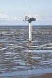 Palo di misurazione in olandese Waddenzee vicino a Noordkaap Immagine Stock
