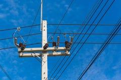 Palo di potere ad alta tensione con i cavi aggrovigliati Fotografie Stock