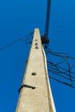 Palo di potere ad alta tensione con i cavi aggrovigliati Fotografia Stock Libera da Diritti