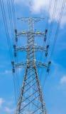 Palo di potere ad alta tensione con il fondo del cielo blu per il trasporto di potere Fotografie Stock Libere da Diritti